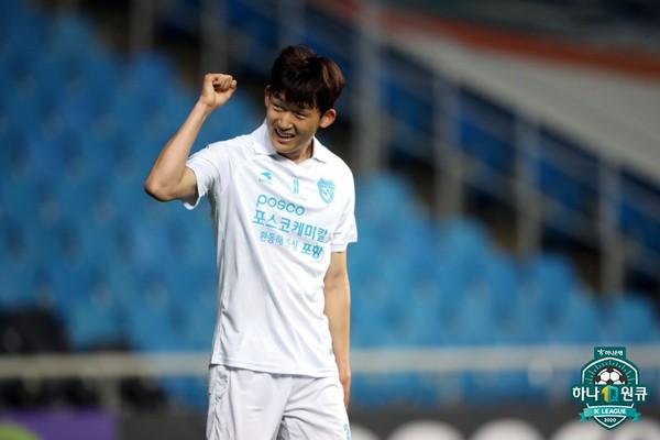 사진=한국프로축구연맹, 2선 미드필더지만 팀의 사정에 따라 올 시즌 최전방에서 활약 중인 포항 이승모 선수