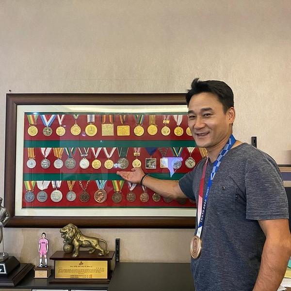 사진= 여서정이 획득한 도쿄 올림픽 동메달을 목에 건 아버지 여홍철, 여서정 인스타그램 계정(본인)