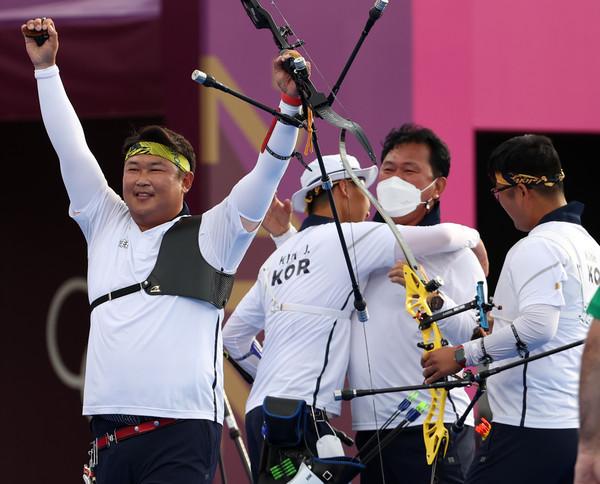 사진= 지난 도쿄올림픽에서 단체전 금메달을 이룩한 남자 양궁 대표팀, 연합뉴스